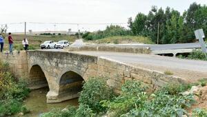 Tarihi Söğütlüdere Köprüsüne asfalt ve beton 10 yıl önce dökülmüş