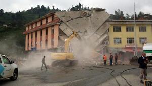 Rizede dere ortasına inşa edilen 4 katlı binanın yıkımına başlandı