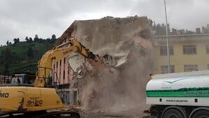 Çok konuşulan 4 katlı bina yıkılıyor