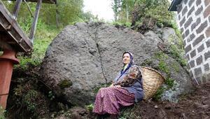 Yamaçtan kopan dev kaya, evin yanına düştü, faciadan dönüldü