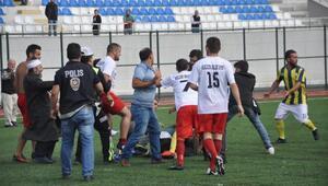 Amatör maçta futbolcuların kavgasına taraftarlar da karıştı