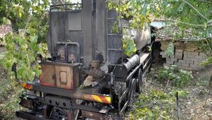 Tanker, 2 bina ve bahçe duvarına çarptı: 2 yaralı