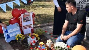 Astsubay baba, şehit oğlu Bedirhanın ilk yaş gününü mezarında kutladı