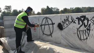 Tarihi köprüyü kirleten yazılar silindi