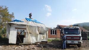 Babasından kalan ahşap evi kamyonla taşıyıp, evinin üzerine monte etti
