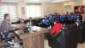 Hakkari Özel Harekat Şubesinden kadın futbolculara destek