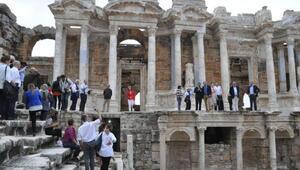İngiltere Büyükelçisi antik tiyatroda İzmir Marşı okudu
