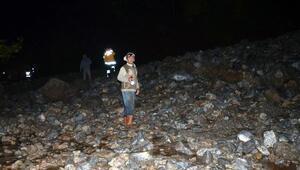 Heyelanın sürüklediği midibüs toprak altında kaldı: 1 ölü