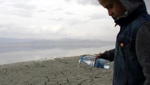 Öğrenciler Burdur Gölüne su döktü