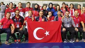 Kadın güreşçiler Macaristandan 3 madalyayla dönüyor