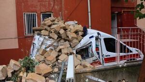 Caminin minaresi park halindeki ambulansın üzerine yıkıldı