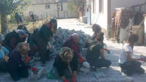 İlçedeki yolların taş döşemesini kadın işçiler yaptı