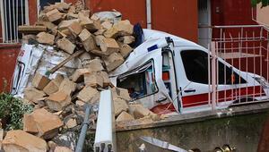 Minare, ambulansın üzerine devrildi