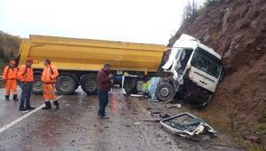 Kayalıklara çarpan TIR sürücüsü yaralandı