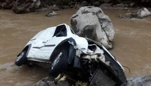 Fekede araç nehre uçtu: 3 yaralı