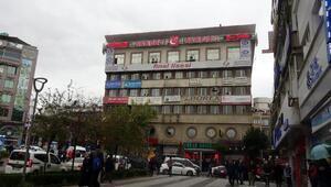 Binadaki intihar girişimlerinden bıkan yönetici, demir kapılı önlem aldı