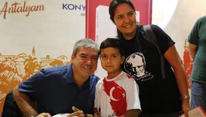 Antalyada Yılmaz Özdile kitap imzalatma kuyruğu