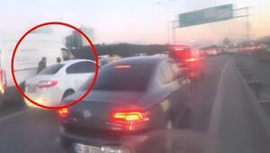 Trafikte tekme, yumruk ve bıçaklı kavga kamerada