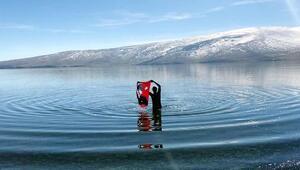 Çevresi karla kaplı gölde yüzdü, Türk bayrağı açtı