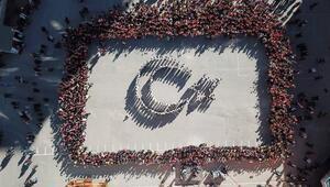 Öğrencilerden Türk bayraklı koreografi