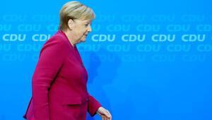 Merkel'in koltuğu için üç kişi adaylağını açıkladı