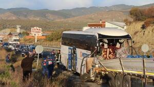 Yolcu otobüsü, TIRa çarptı: 2 kişi öldü, 34'ü asker, 40 yaralı