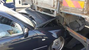 E-5te zincirleme kaza: Lüks otomobil kamyona çarptı
