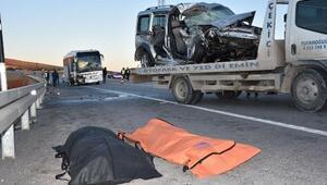 Yolcu otobüsü hafif ticari araçla çarpıştı: 2 ölü, 4 yaralı