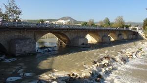 Belediyenin trafiğe kapattığı köprüyü, kaymakamlık açtırdı
