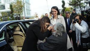 Yaşlı kadın, Yalova Valisi Tuğba Yılmazı ardından su dökerek uğurladı