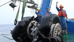 Son dakika.. Endonezyada düşen uçağın karakutusu açıldı