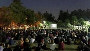 Üniversiteli gençler, açık hava sineması etkinliğinde buluştu