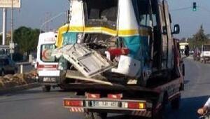 Kamyon, yolcu minibüsüne çarptı: 3ü ağır 13 yaralı