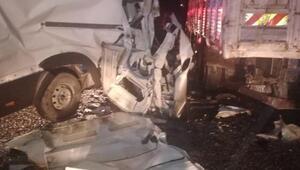 Minibüs, kamyona çarptı: 1 ölü, 1 yaralı