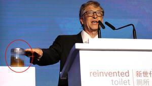 Bill Gates insan dışkısı dolu kavanozla sahnede