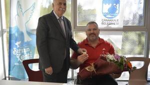 Başkan Gökhan, Dünya Bilek Güreşi Şampiyonu Burunluları altınla ödüllendirdi