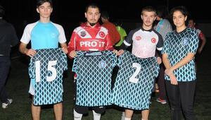 Erkek ve kadın oyuncuları aynı formayı giyen ragbi takımı destek bekliyor