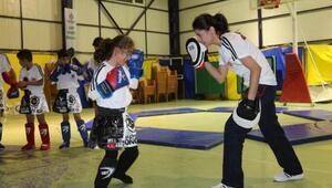Komiser yardımcısı Dicle, Çukurcalı çocuklara kick boks öğretiyor