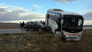 Sivasta otomobil ile midibüs çarpıştı 1 yaralı