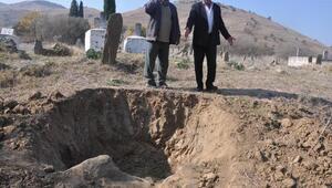 Defineciler, kepçeyle 2 asırlık mezarları kazdılar