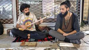 Sokaklarda etnik müzik yaparak dünyayı geziyorlar
