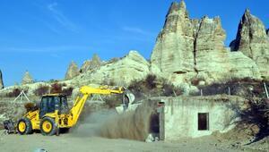 Kapadokyada üzeri toprakla örtülen kaçak yapı yıkıldı