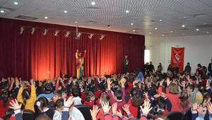 Adilcevaz'da öğrenciler tiyatro gösterisiyle stres attı