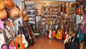 20 yılda enstrüman koleksiyonuna bir ev parası harcadı
