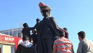 Atatürk heykelinin üzerine çıkan madde bağımlısına linç girişimi
