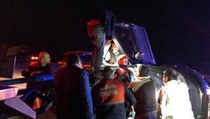 Otomobil, traktörün arkasındaki pulluğa çarptı: 3 yaralı
