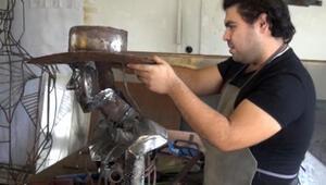 Hurda malzemeleri sanat eserine dönüştüren üniversite öğrencisi