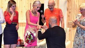 Ünlü isme sahnede sürpriz evlilik teklifi