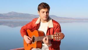 Liseli Osman Efe, farkındalık için Burdur Gölünde klip çekti