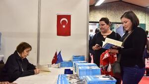 Rahşan Ecevit, eşi merhum Başbakan Bülent Ecevitin kitaplarını imzaladı